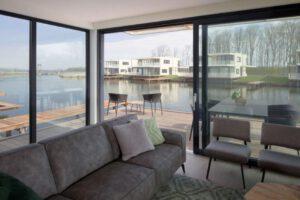Watervilla LARGO De Veerse Wende woonkamer en terras